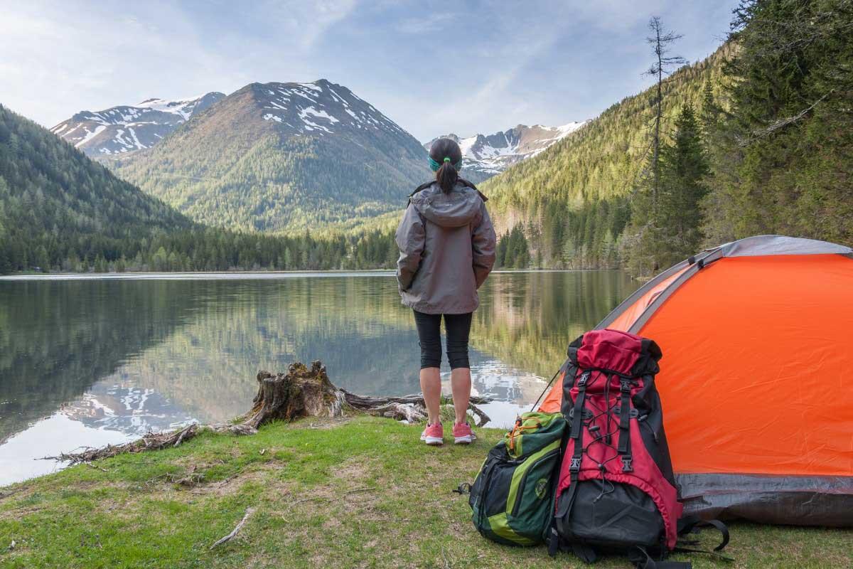 屋外でキャンプを楽しんでいる女性のイメージ画像