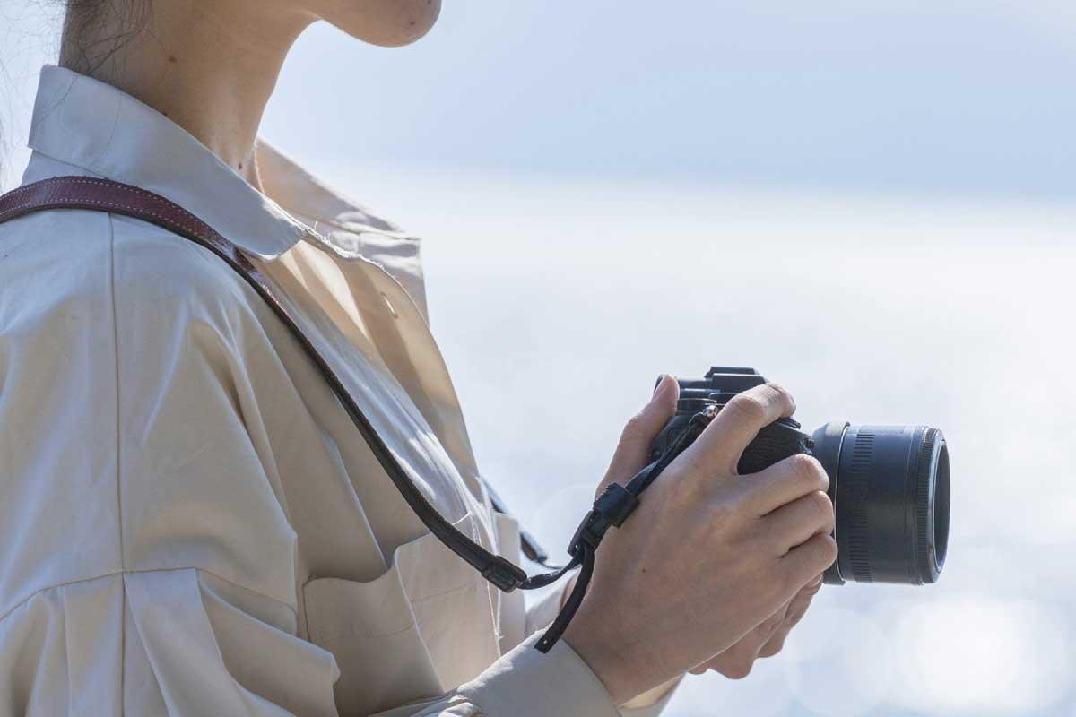 ミラーレス一眼カメラを使用しているイメージ