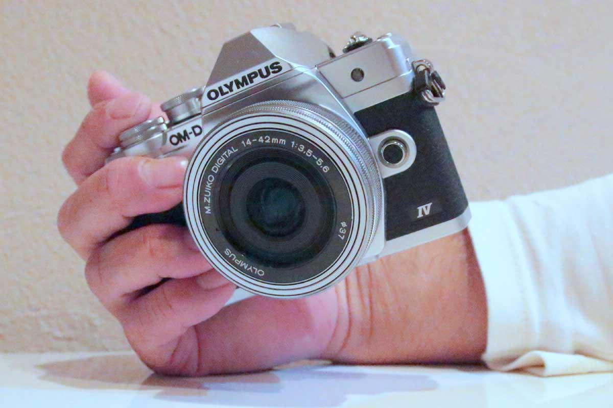 OLYMPUS OM-D E-M10 Mark IVの超小型軽量ボディ画像