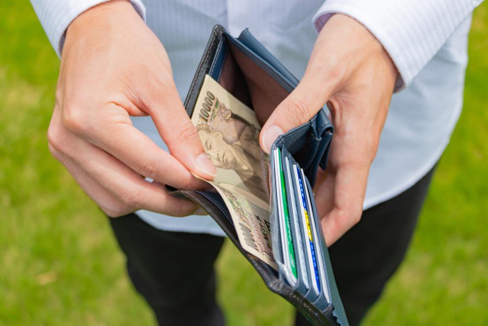 財布の中のお金を確認しているイメージ画像