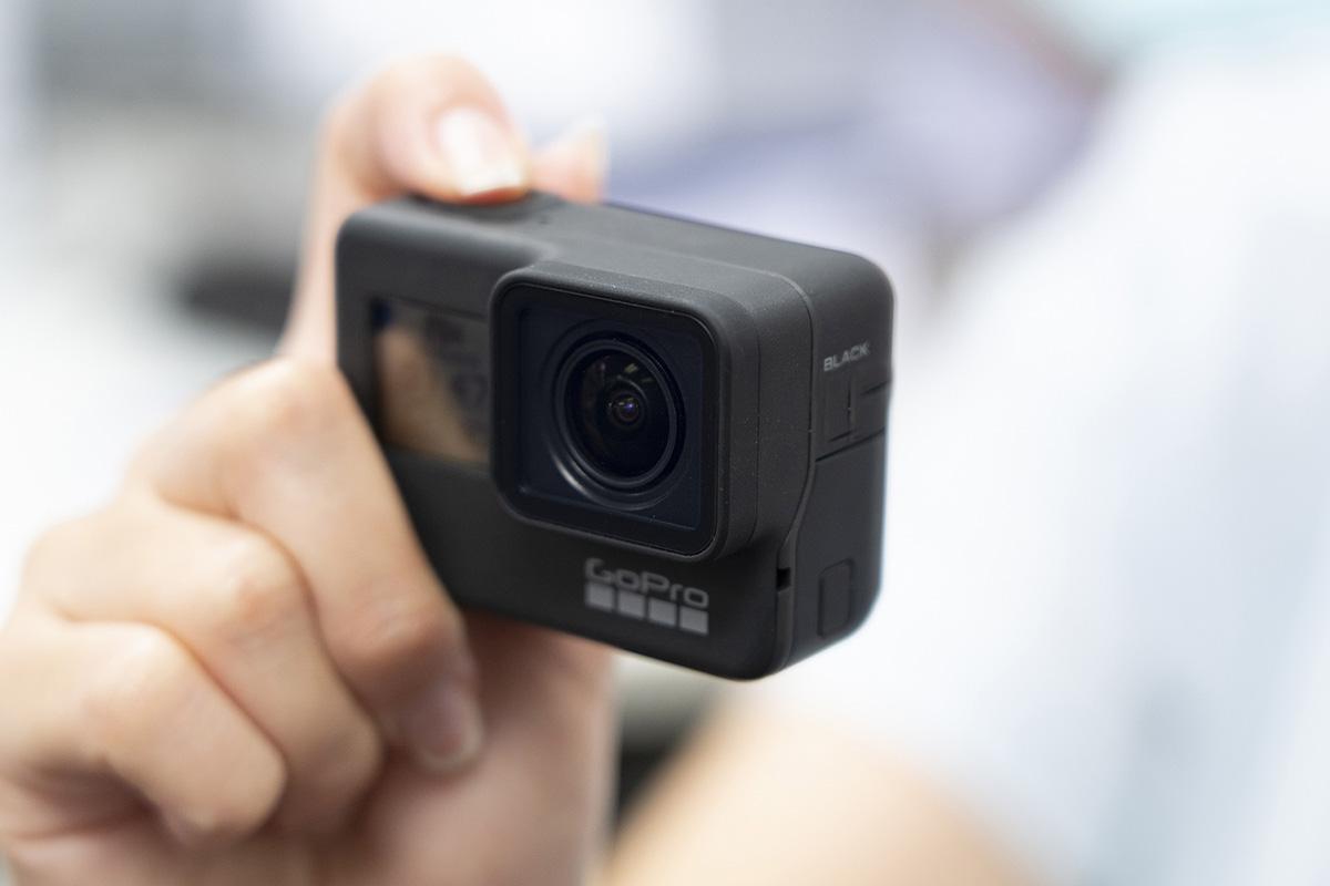 GoPro HERO7を握っている画像