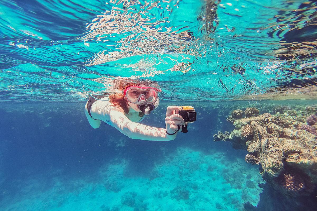 海中でアクションカメラ撮影しているイメージ画像