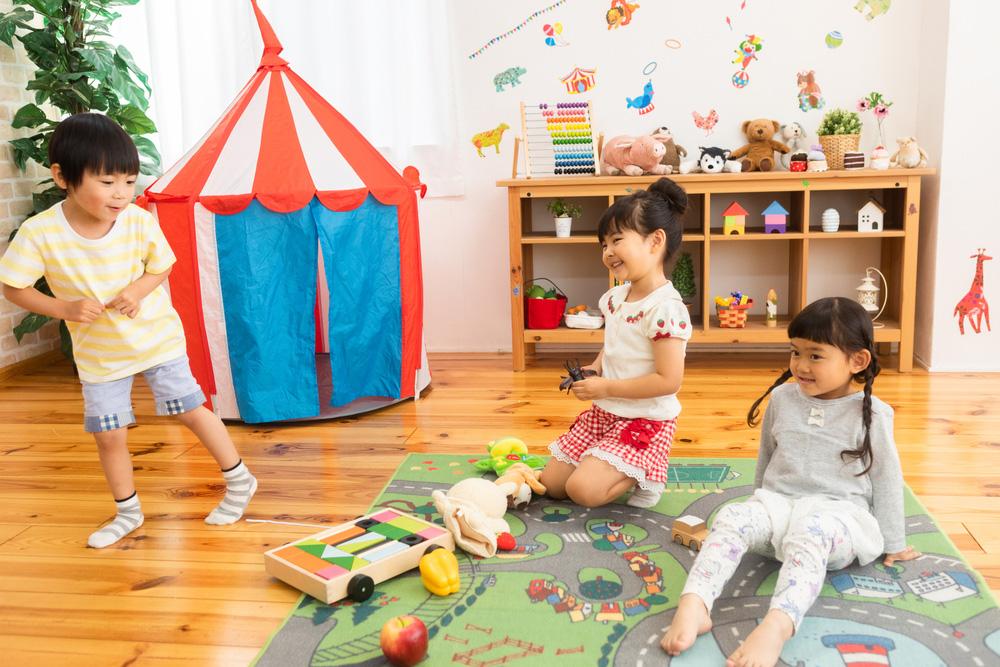 家の中で遊んでいる子どもたちのイメージ画像