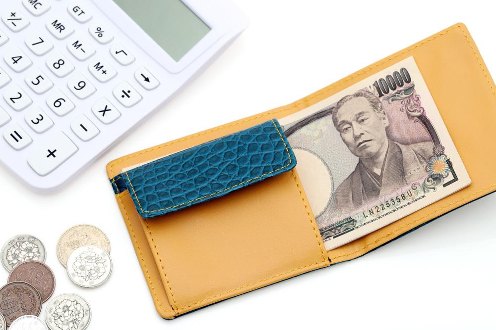 財布と日本円、電卓のイメージ画像