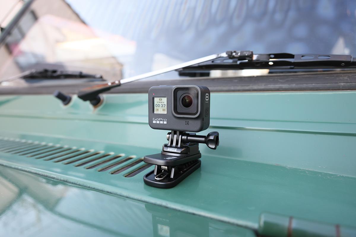 車のボンネットに取り付けられたGoPro HERO8 Black