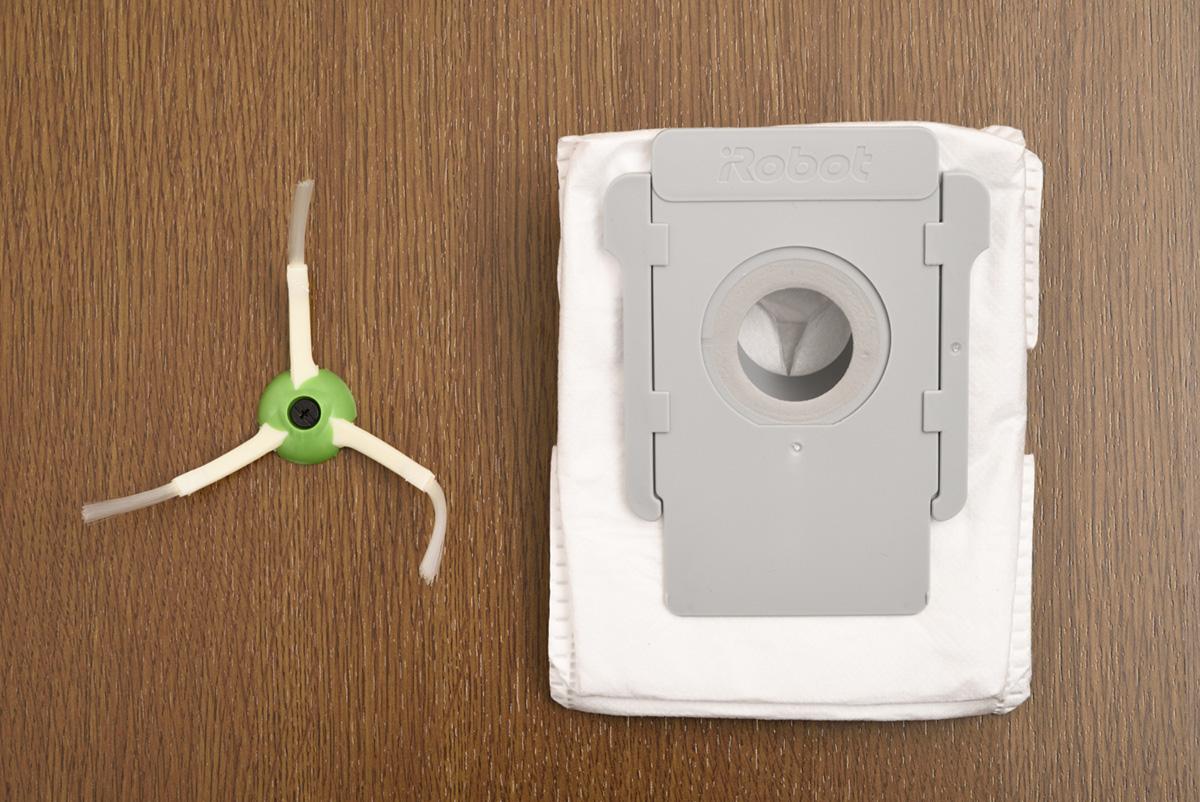 アイロボット ルンバ i7+ 交換用のエッジクリーニングブラシと交換用紙パック画像