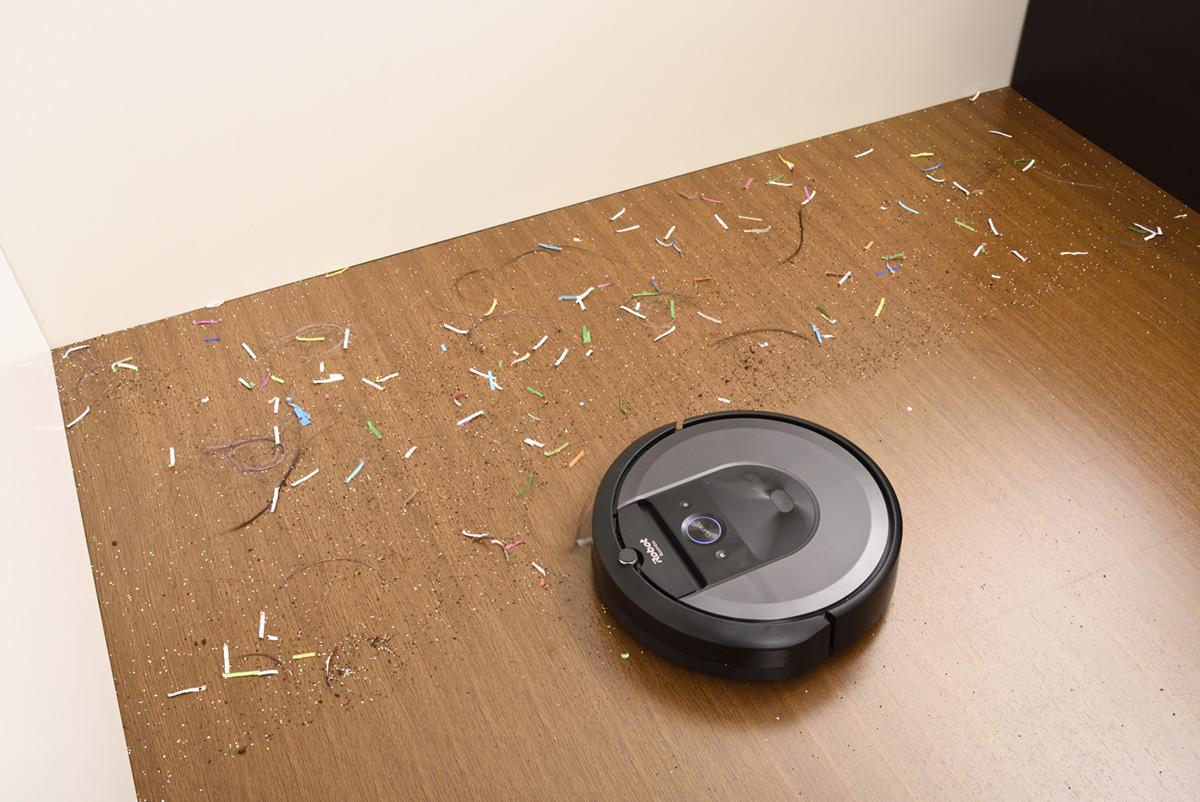 アイロボット ルンバ i7+ 清掃中の画像