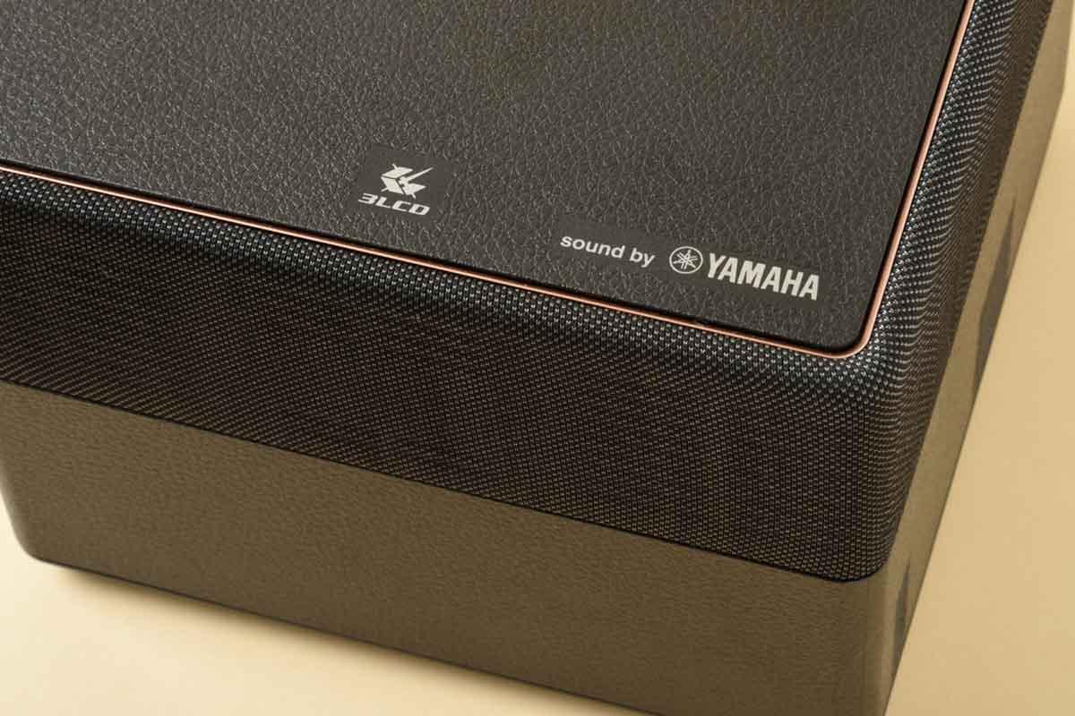 EPSON/EF-12のスピーカー上部、YAMAHAのロゴアップ