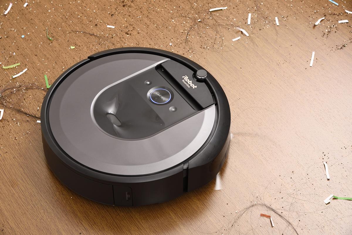 ルンバ i7がゴミを吸引している画像