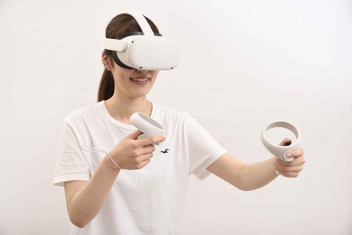 Oculus Quest 2を操作しているイメージ
