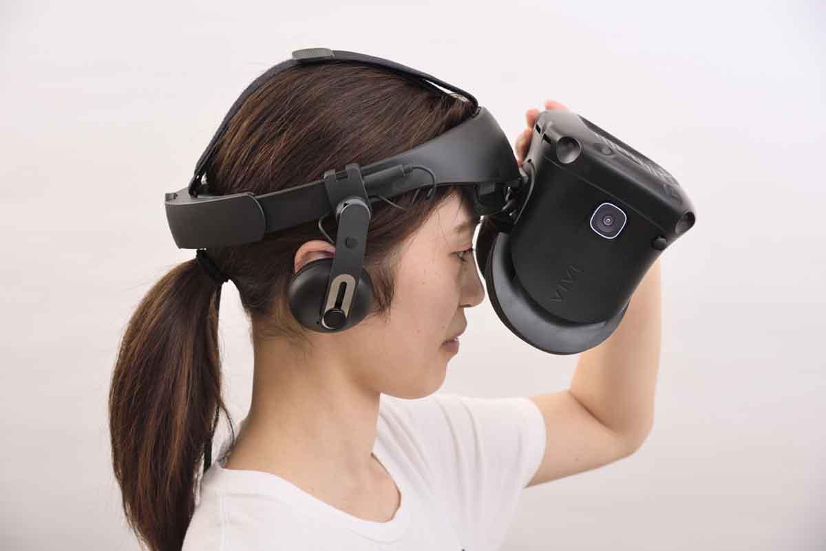 HTC/VIVE Cosmos Eliteのディスプレイを跳ね上げている様子