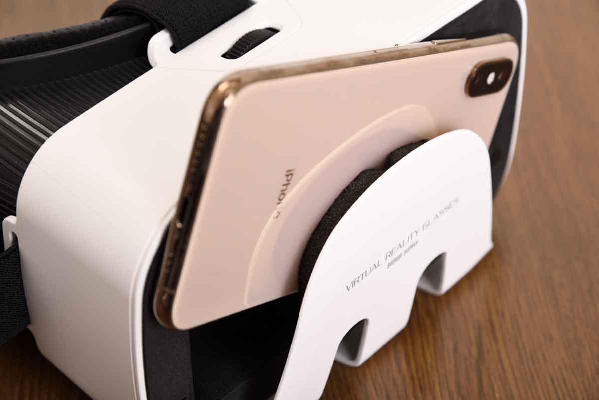 サンワサプライ/MED-VRG1にスマートフォンを装着している様子