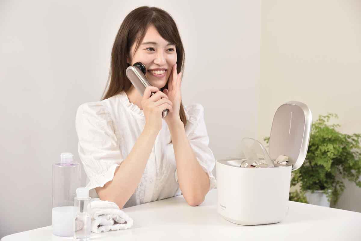 女性が美顔器を使用しているイメージ画像