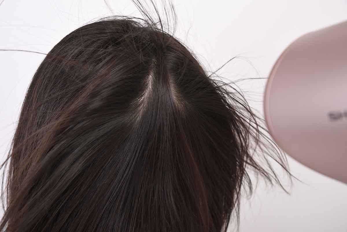 シャープ/プラズマクラスタードレープフロードライヤーの風を髪に当てているイメージ