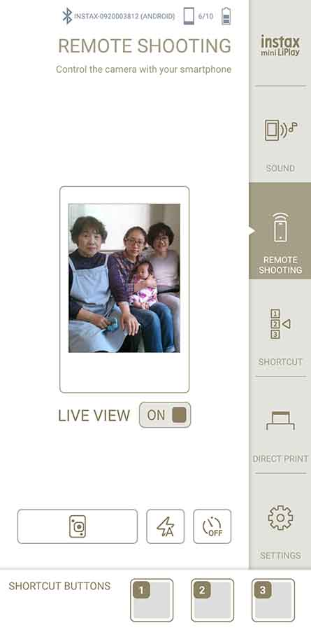 instax mini LiPlayを使ってリモート撮影しているようす