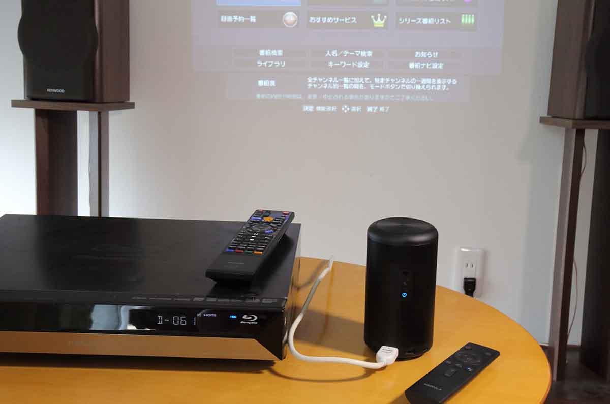 「Nebula Capsule II」をBDレコーダーと接続し、テレビを観る設定をしているところ