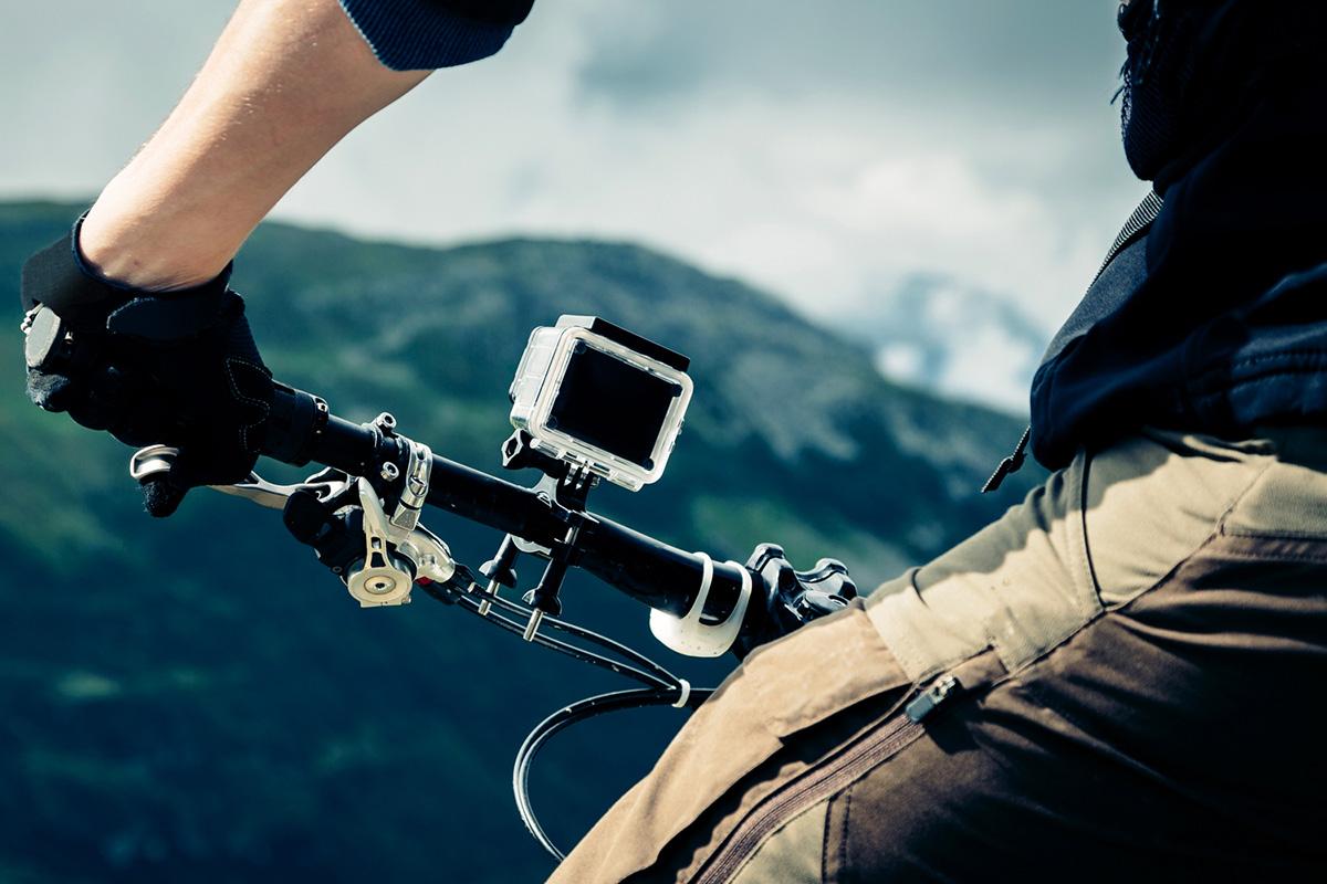アクションカメラを自転車に取り付けて撮影しているところ