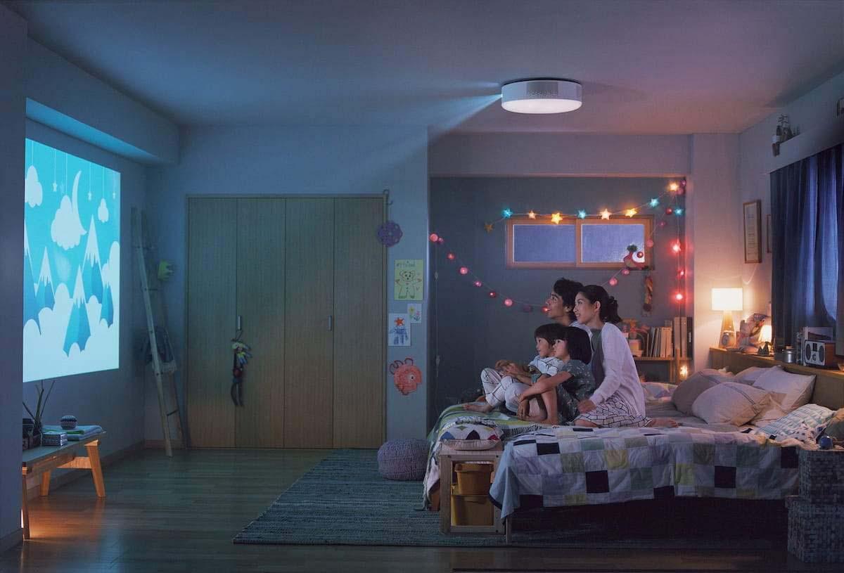 popIn Aladdin 2を使って大画面を楽しんでいるイメージ